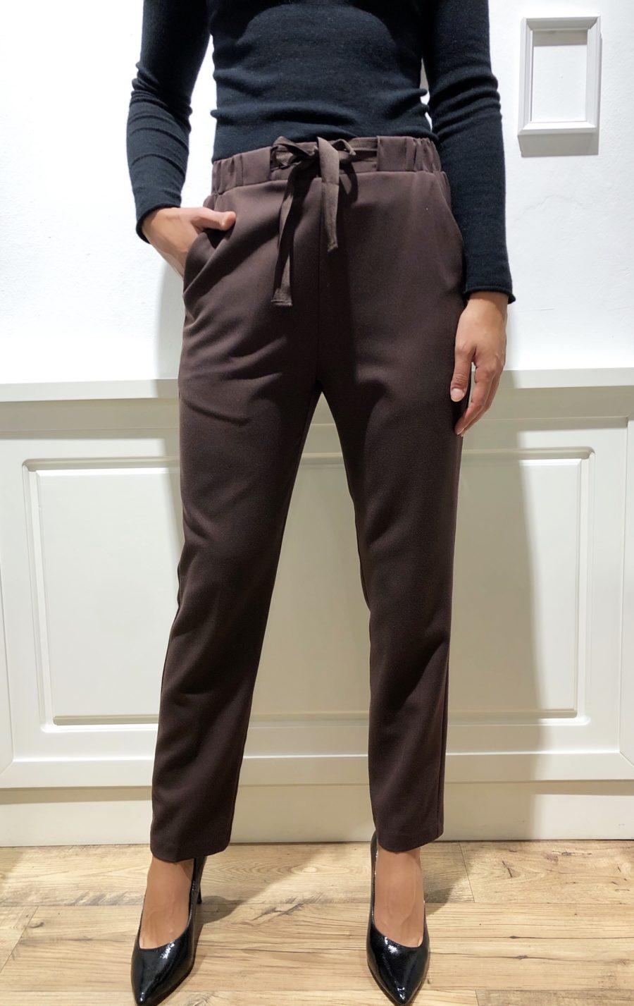 Pantaloni marroni con fiocco